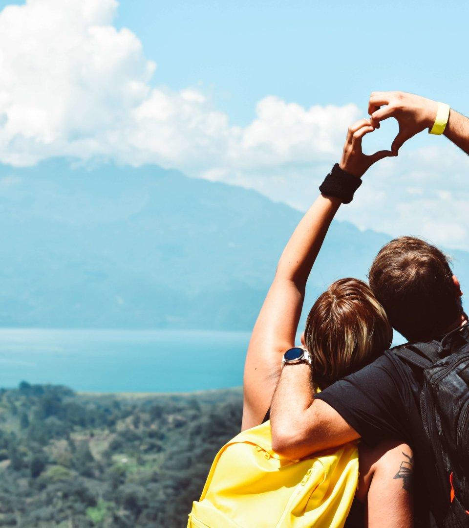 Liebespaar beim Wandern